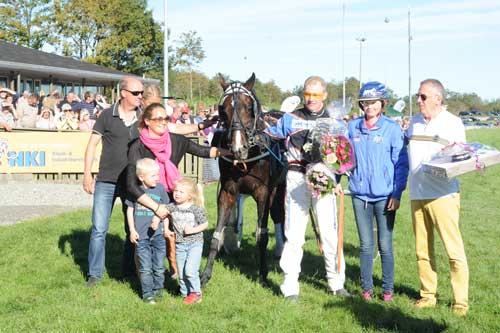 I vindercirkelen efter banerekorden. Foto Ole Hindby