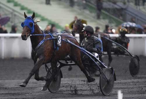 Timoko havde ørene fremme, da den passerede målstregen som sikker vinder af Prix de Bourgogne. Foto Gerard Forni
