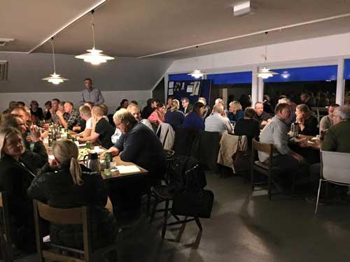 Omkring 100 travsportsinteresserede var nødt op, da der var indkaldt til møde på Skovbo forleden. Foto Elsebeth Stausholm