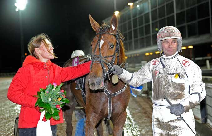 Flemming Jensen med Spik Party og dennes ejer, Anne Dodensig efter sejren. Foto Kanal 75
