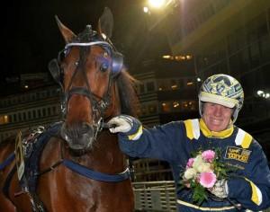 Stefan Melander havde en god aften med fire sejre på Solvalla i aftes. Kanal 75
