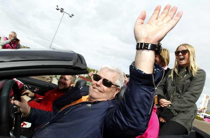 Roer Walmann havde  god grund til at smile efter sejren i Elitloppet. Foto Kanal 75