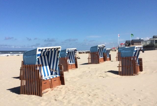 Standstoelen op het strand in Nederland