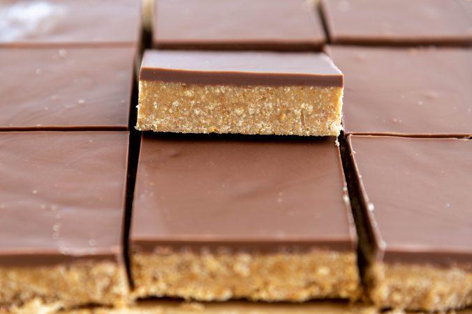 No-bake fudge squares traybake