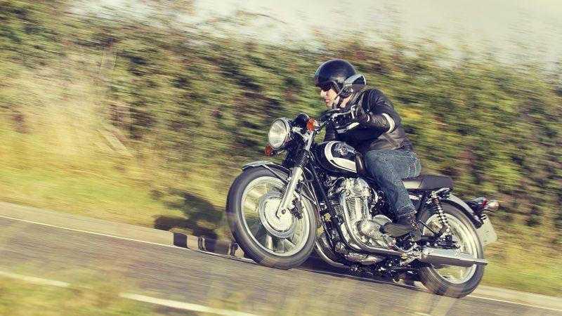 Ohne Schutzkleidung auf dem Motorrad bei Hitze unterwegs