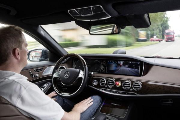 Hände weg vom Steuer: Die deutsche Politik will jetzt die rechtlichen Grundlagen für das autonome Autofahren schaffen.
