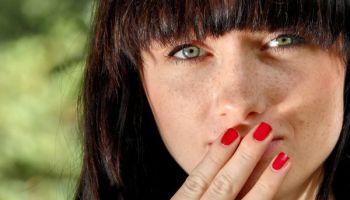 Mundgeruch ist nicht zwingend die Folge mangelnder Mundhygiene sein, sondern kann mehrere Ursachen haben. Menschen, die darunter leiden, sollten in jedem Fall einen Zahnarzt konsultieren. (Link zum Bild: http://www.pixelio.de/media/617950) © Georg Sander/pixelio.de /TRD Medizin und Gesundheit