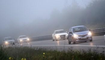 Wenn der Nebel kommt: Damit Autofahrer den Durchblick behalten, müssen sie in dieser Situation einige Grundregeln beachten © TÜV Süd/TRD-Pressedienst