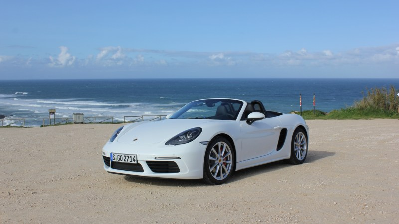 Studenten mit Bezug zum Automobilbau üben am Porsche