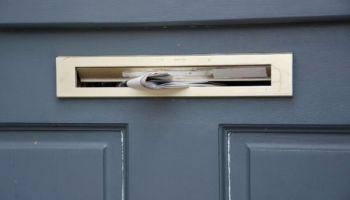 Briefkastenschlitz in der Haustür