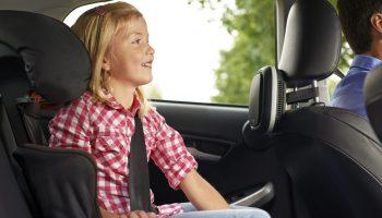 Kind im Auto auf dem Rücksitz