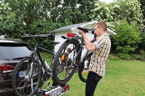 Wie Autofahrer sicher Räder transportieren