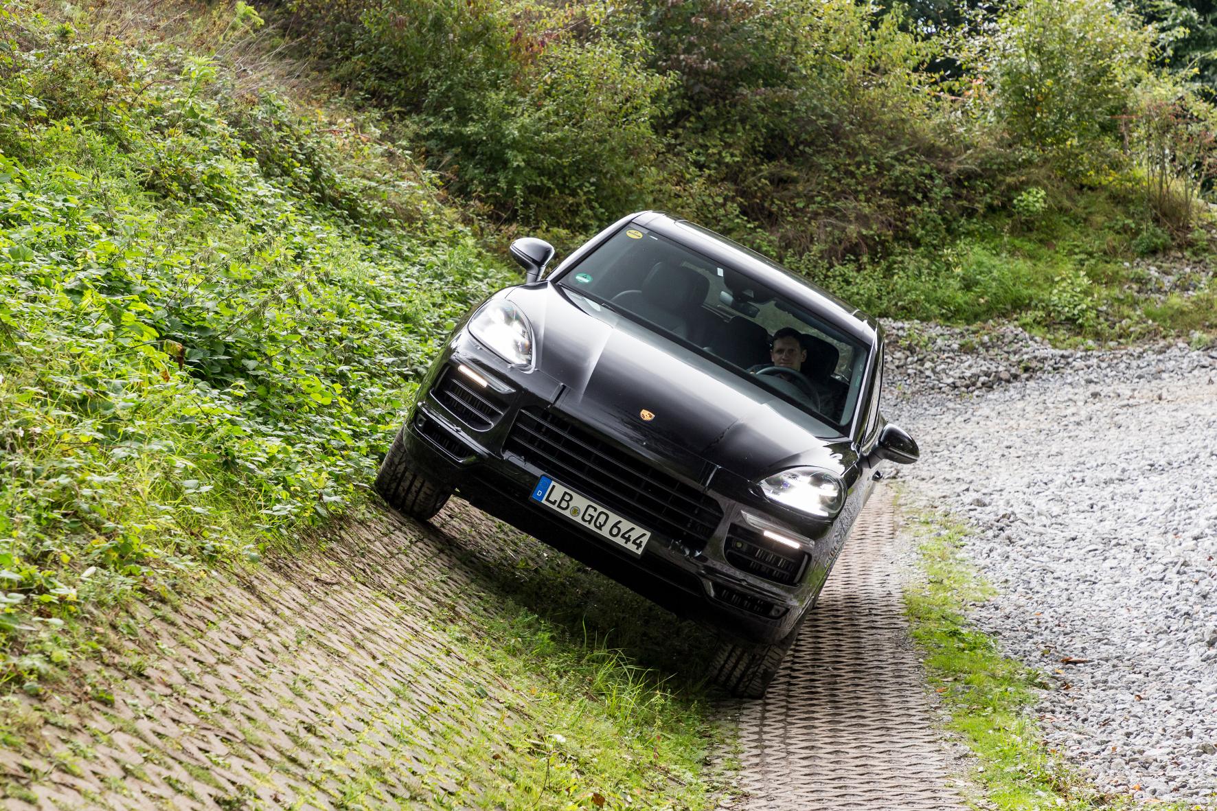 Mit dem neuen Cayenne darf natürlich auch ins Gelände gefahren werden. Auf der Autobahn fühlt er sich aber nicht minder wohl. © Porsche / TRD Technik