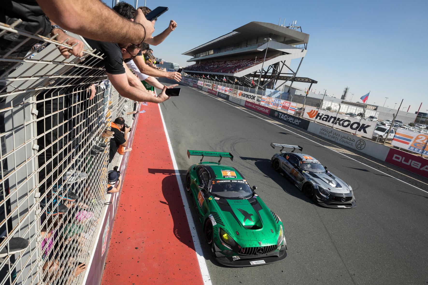 Motorsport-Saison 2018: Beim 24-Stunden-Rennen in Dubai strahlt der Stern in der Wüste