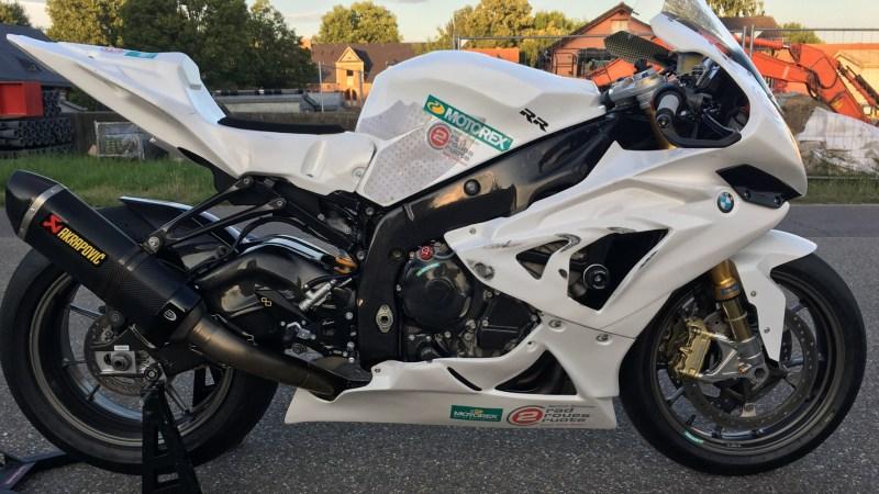 Weisses BMW-Motorrad von der Seite mit Motorex-Sticker