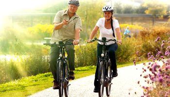 Zwei Radfahrer unterwegs