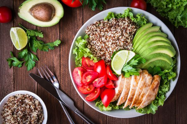 Leichte und gut verdauliche Mahlzeiten mit weniger Kohlenhydraten und Fett können das Leistungstief verringern.