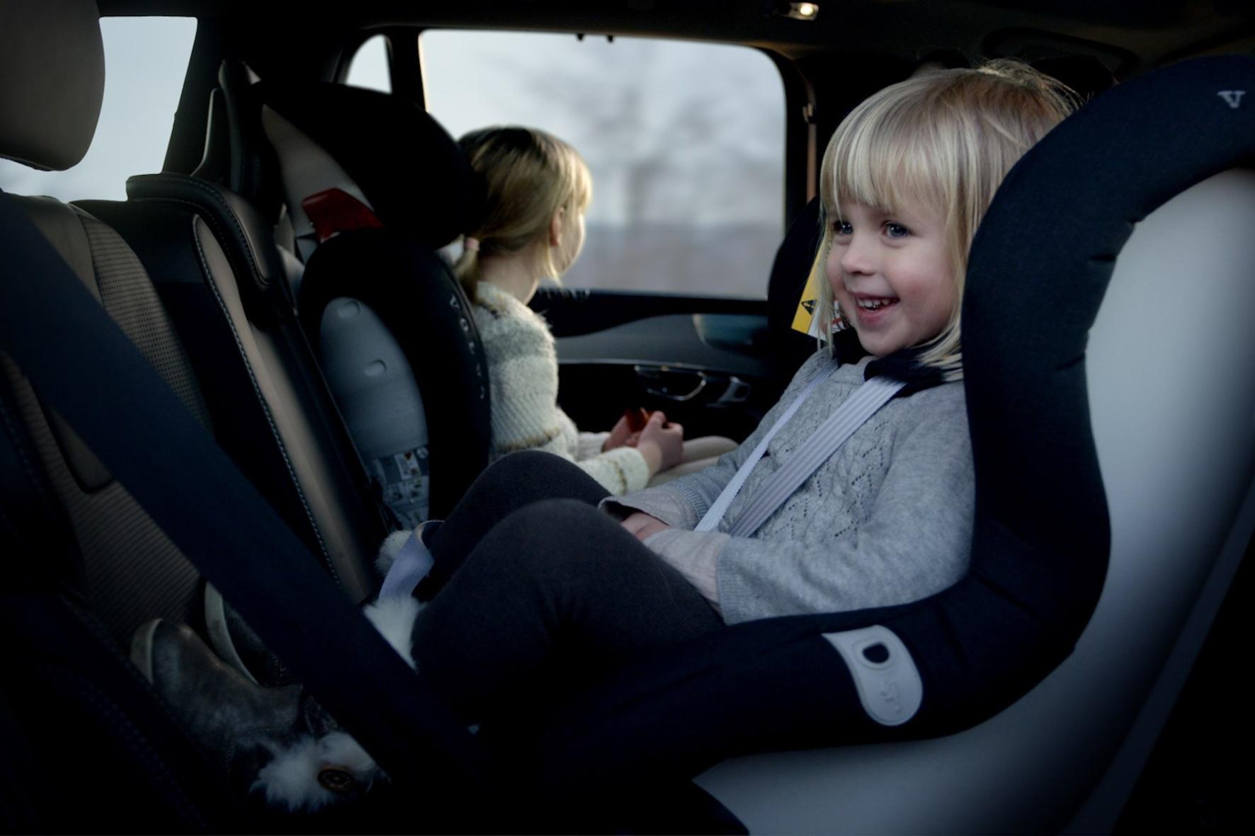 Wie man Kinder im Auto sicher transportiert