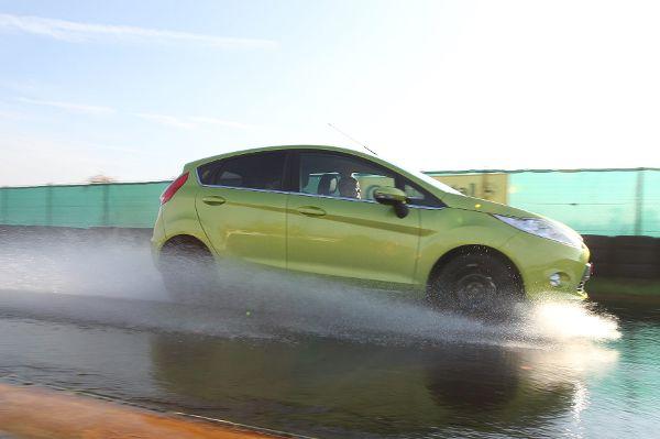 Bei Sturm und Regen steigt im Straßenverkehr das Unfallrisiko