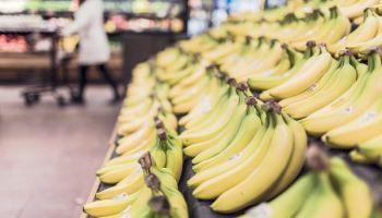 Banannen im Regal