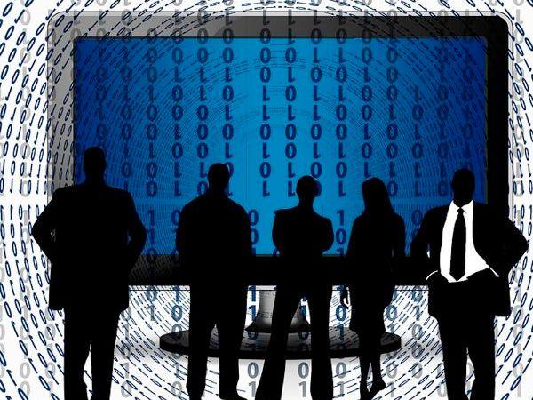 Schwarze Männer vor blauem Bildschirm