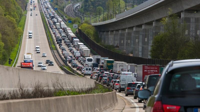 """Stau, so weit das Auge reicht - es wird wieder eng auf den Autobahnen. © ACE/ TRD mobil Verkehrssicherheit sei eine Grundsatzfrage, und eine Höchstgeschwindigkeit von 130 km/h auf Autobahnen ein zentraler Baustein, um die Vision Zero zu erreichen, so Stefan Heimlich, Vorsitzender des ACE, Deutschlands zweitgrößtem Autoclub: """"Unfälle können damit vermieden und der Verkehrsfluss verbessert werden."""" Dies sei ein Gewinn für alle Menschen, die mobil sind. """"Darüber hinaus sehen wir eine Höchstgeschwindigkeit von 130 als Antrieb für die deutsche Automobilindustrie, sich durch Innovationen in die Verkehrssicherheitstechnik im weltweiten Wettbewerb zu behaupten."""" Richt- oder Höchstgeschwindigkeit: Bei der Zahl 130 gehen die Meinungen mal wieder weit auseinander. © STVO/ TRD mobil https://trd-pressedienst.com/aktuell-weniger-verkehrstote-als-je-zuvor/ https://trd-pressedienst.com/automatik-fuehrerschein-pruefung-wer-denkt-sich-sowas-aus/ https://trd-pressedienst.com/zeitreise-der-neue-lancia-2000/ https://trd-pressedienst.com/wirtschafts-nachrichten-aus-dem-trd-presseclub-2/ https://trd-pressedienst.com/vw-setzt-bei-e-modellen-auf-nachhaltige-materialien-und-konsequente-vernetzung/ https://trd-pressedienst.com/fahren-bald-mobile-autonome-lade-roboter-durch-parkhaeuser-und-tiefgaragen/"""
