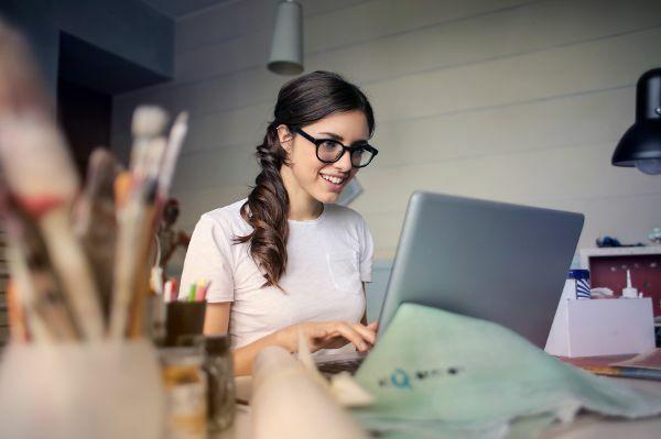 Mädchen mit Brille am PC