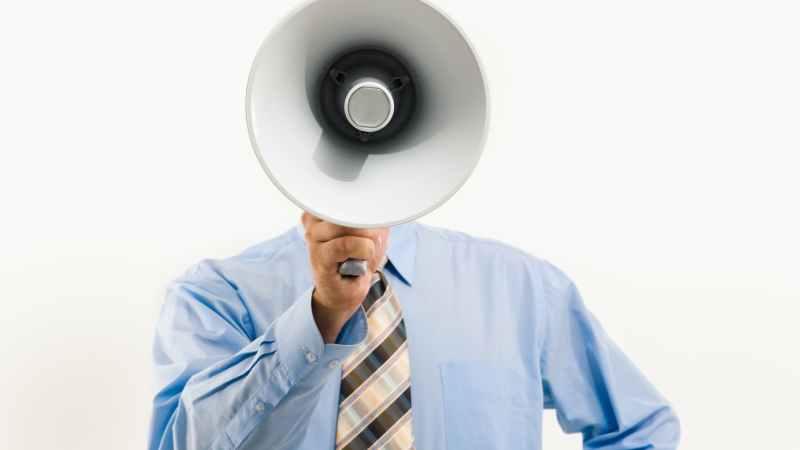 Mann mit Krawatte und Megaphon
