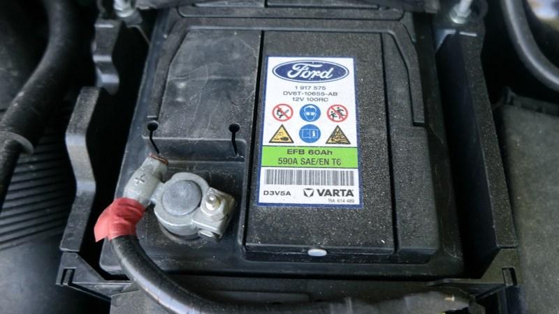 Autobatterie von oben im Motorraum