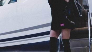 Frau steigt aus einem Jet.