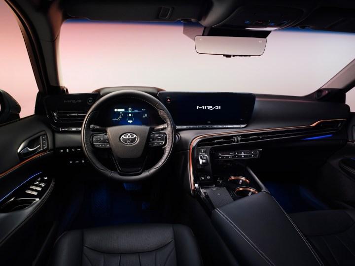 Auto Innenraum. Blick auf Lenkrad und Frontschreibe.