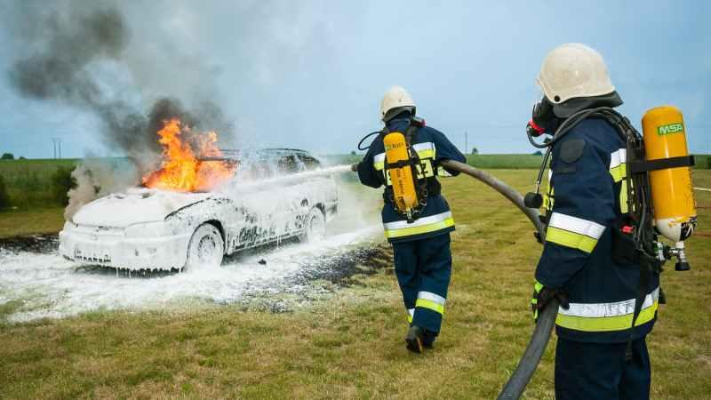 Feuerwehrleute löschen Autobrand.