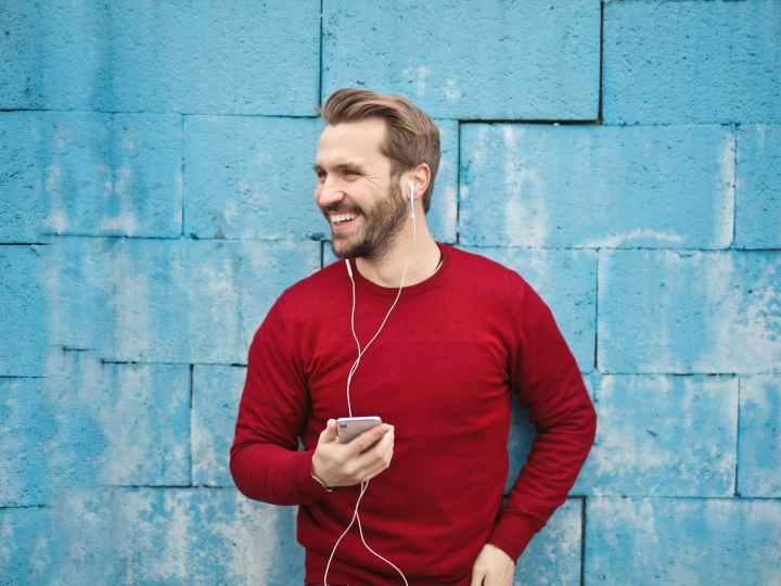 Mann hört Musik und freut sich