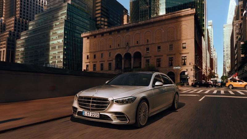 Neue S-Klasse von Mercedes fährt durch eine Stadt