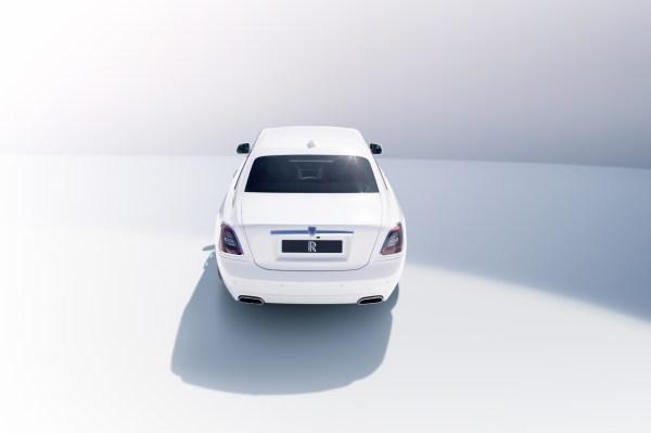 Ein weißer Rolls Royce von hinten