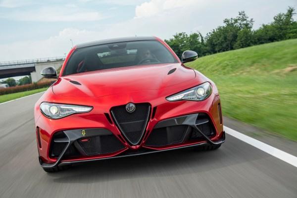 Die Giulia in der GTAm-Version fährt mit 540 PS und dicken Rädern vor.© Alfa Romeo /TRD mobil