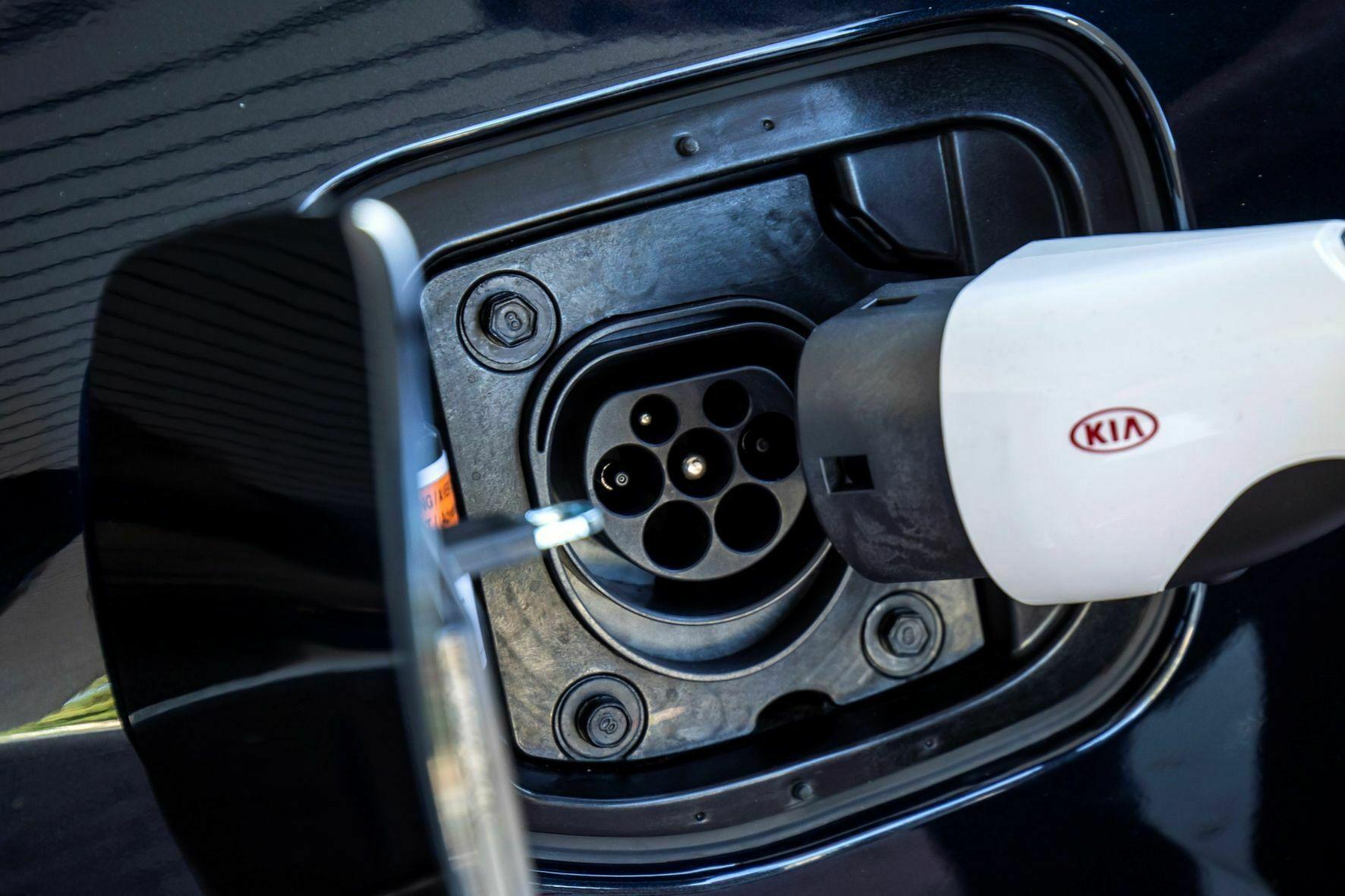 Zum Stromzapfen ist ein Typ 2-Ladeanschluss Serie. © Kia / TRD mobil