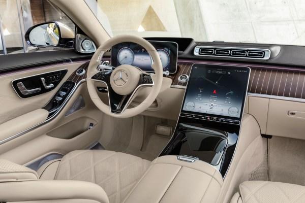 Der Fahrerbereich wird vom riesigen Touchscreen dominiert.© Daimler / trd mobil