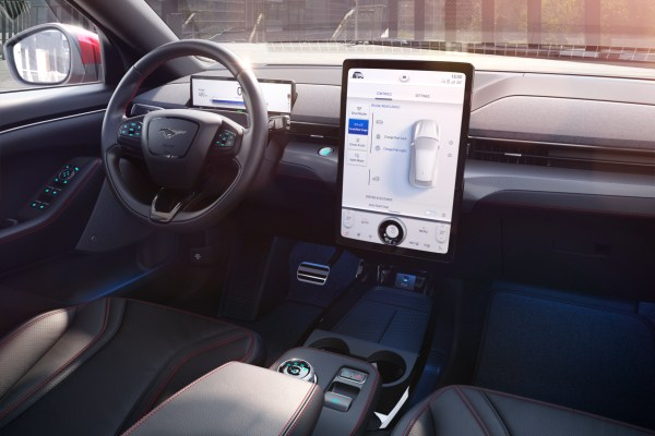 Der große Touchscreen und das aufgeräumte Interieur des Mach-E erinnern an einen Stromer aus Kalifornien. © Ford / TRD mobil