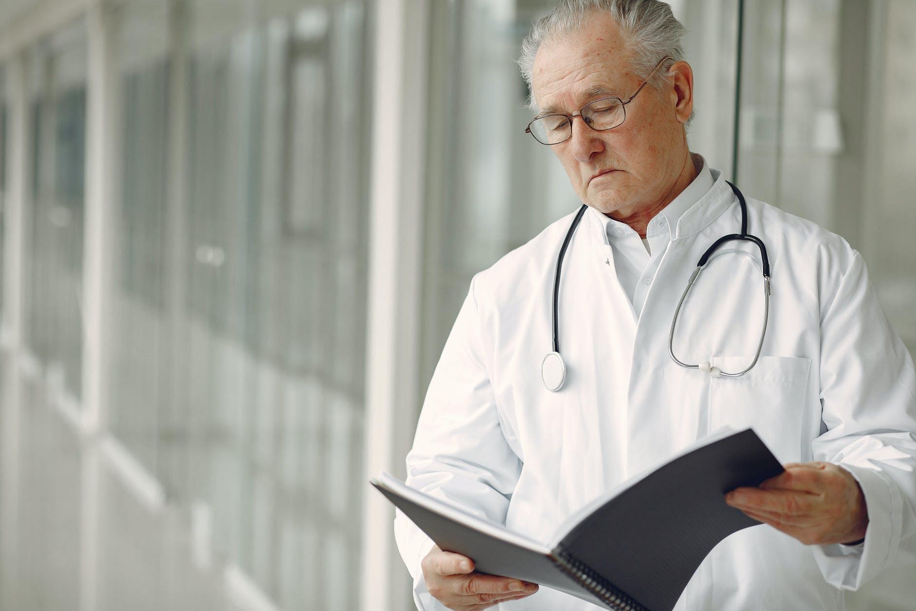 Patientenverfügung, Organspende und wann muss der Arzt Patienten in den eigenen vier Wänden behandeln