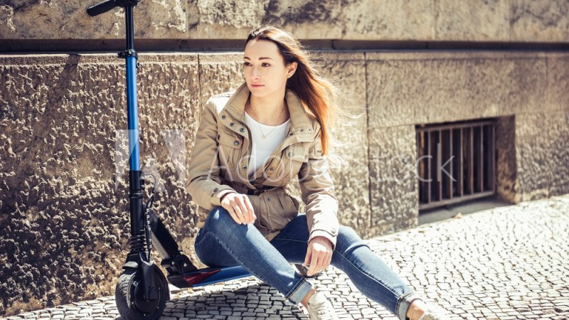 junge Frau mit e - scooter