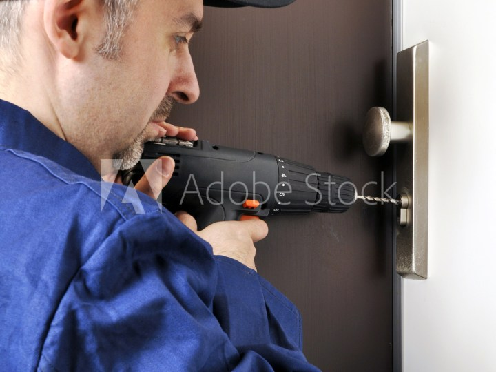 Schlüsseldienst öffnet Tür