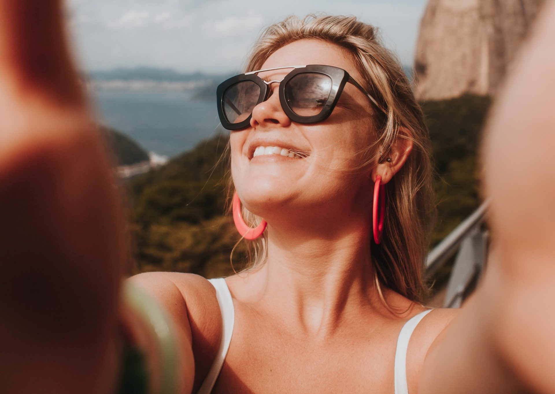 Bei der Online-Partnersuche ohne Retusche und Face-Filter durchstarten