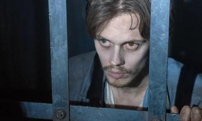 Bill Skarsgard aparece como prisioneiro em foto de Castle Rock, série de Stephen King
