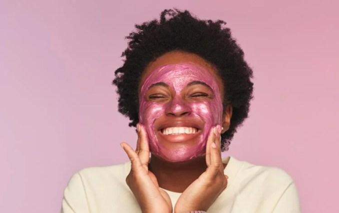 Millie Bobby Brown, a Eleven de Stranger Things anunciou o lançamento de sua própria linha de cosméticos vegana florence by Mills voltada aos adolescentes