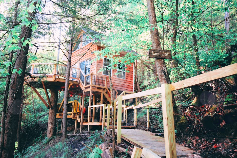 PRIVATE romantic TREEHOUSE- The Lions Lair
