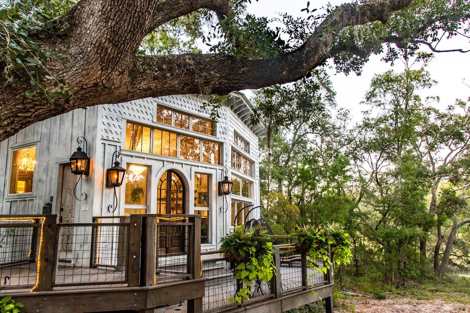 THE HONEYMOON TREEHOUSE at Bolt Farm Treehouse