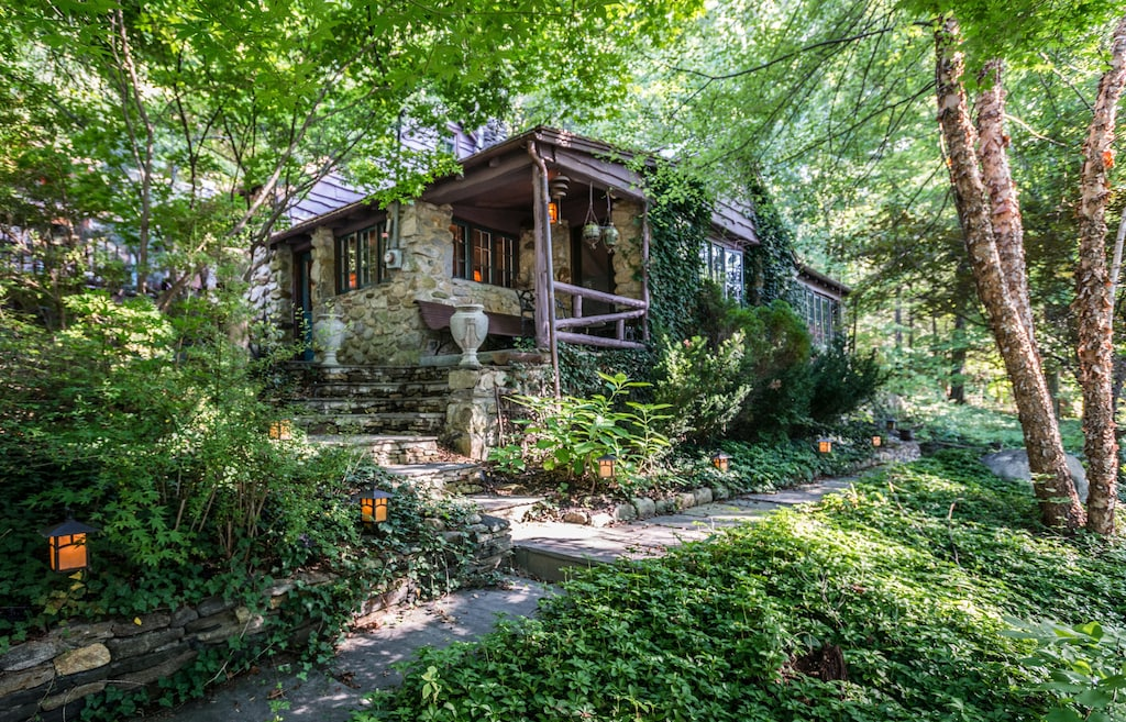 Secluded Cottage Treehouse Connecticut