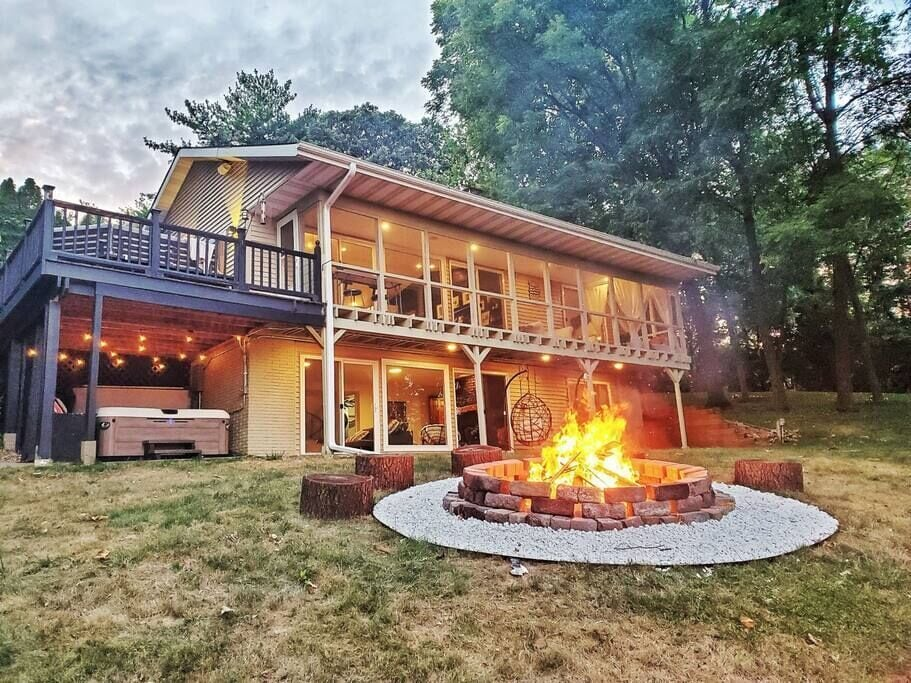 Luxury WATERFRONT CABIN with PRIVATE RIVER ACCESS & Hot-Tub!