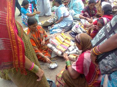 Roadside Lac bangle makers in Pandharpur